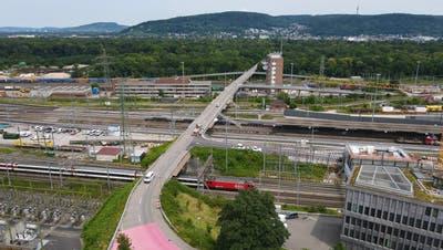 Die Grenzacherbrücke über den Bahnhof und den Rangierbahnhof Muttenz ist baufällig und muss durch die SBB ersetzt werden. (Benjamin Wieland)