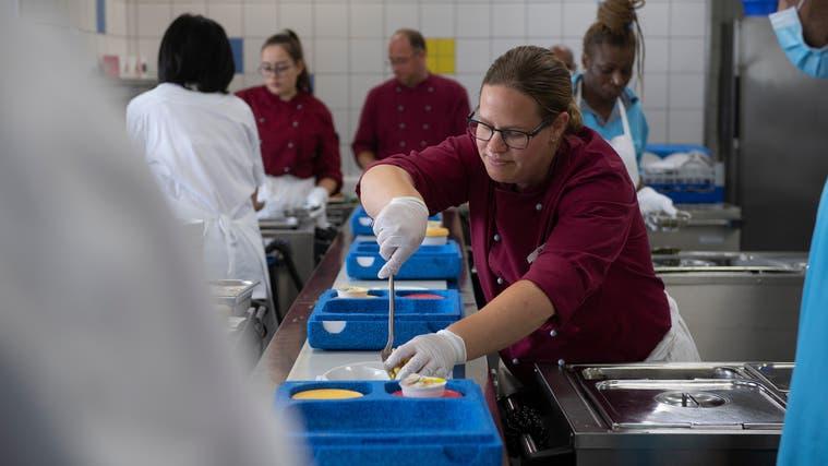 Die Menus des Aargauer Mahlzeitendienstes werden täglich frisch in der Küche des Spitals Muri zubereitet. (Michael Wuertenberg (September 2020))