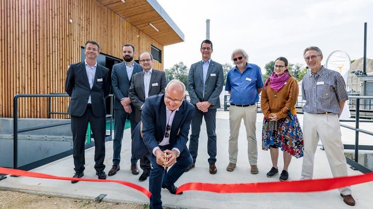 EBL-Verwaltungsratspräsident Martin Thommen weiht das neue Kraftwerk Obermatt in Zwingen ein. (Kenneth Nars / BLZ)