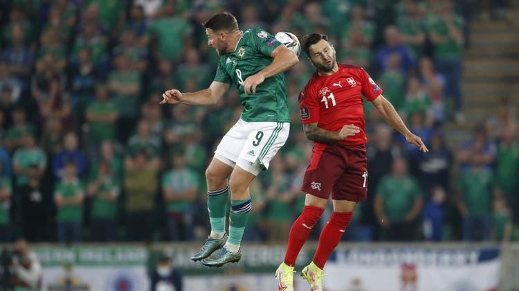 Kampf steht beim Spiel Nordirland gegen die Schweiz im Vordergrund. (Toto Marti/Freshfocus / Blick)
