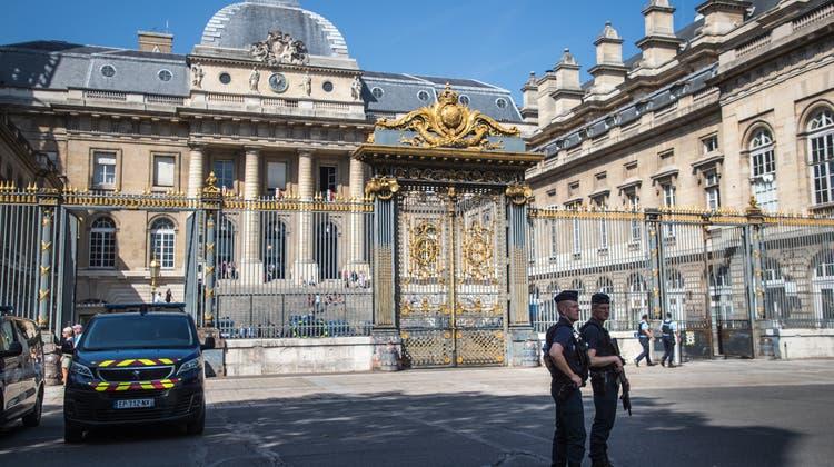 Polizisten sichern das Gerichtsgebäude in Paris. (Christophe Petit Tesson / EPA)