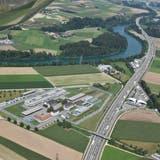 Auf einer Wiese nördlich der Justizvollzugsanstalt im Deitinger Schachen soll das neue Untersuchungsgefängnis entstehen. (Bild: Hanspeter Bärtschi)