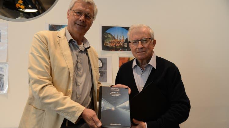 Buchautor Alexander Grass (links) mit Initiant Mario Sintzel. (Bild: Urs Hanhart (Göschenen, 8. September 2021))