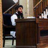 Taliban-Sprecher Zabhiullah Mujahid verkündet das neue Regierungspersonal - es gleicht in Teilen jenem von vor 20 Jahren. (Stringer / EPA)