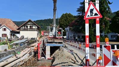 In Etappen gehts Dorf aufwärts: Neben der Hauptstrasse werden auch Werkleitungen, der Lorstorferbach sowie Juraweg saniert. (Bruno Kissling)
