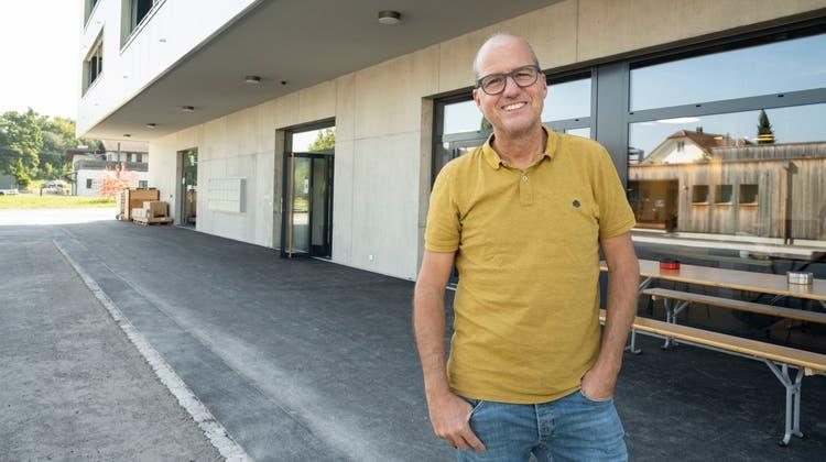 Daniel Aeberhard, GeschäftsführerTöpferhaus, der Aarauer Stiftung für psychisch beeinträchtigte Menschen, vor dem Neubau. (Alex Spichale / AAR)