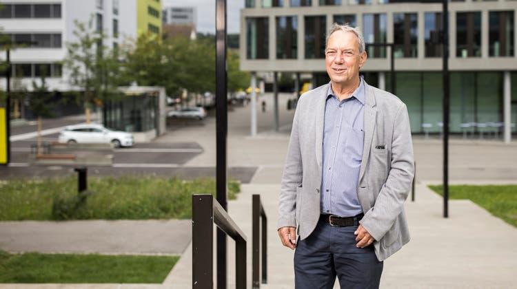 Gemeinderatskandidat Conrad Gerhardt begrüsst die Entwicklung auf dem Areal der Fachhochschule Nordwestschweiz in Windisch. (Bild: Severin Bigler (25. August 2021))