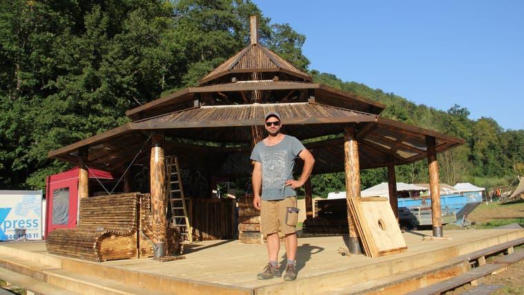 Schreiner Marko Meister ist verantwortlicher Organisator des Festivals in Effingen. Die Tempel-Bar hat er selber konzipiert und gebaut. (Bild: Claudia Meier (8. September 2021))