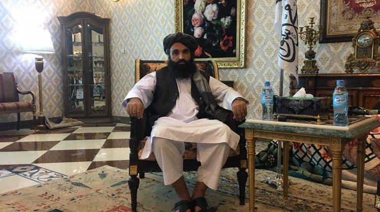 Taliban-Gouverneur Maulawi Chudratullahaus Masar-I-Sharif im goldverzierten Plüschsessel. (Daniel Böhm)
