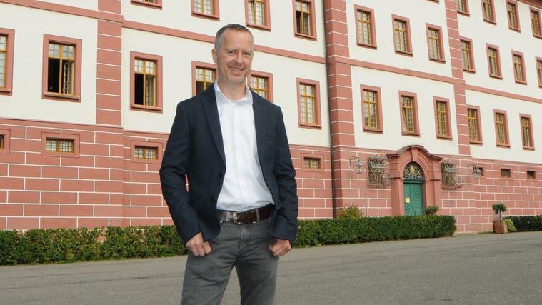 Im Bild steht Uwe Schewe vor der Propstei, in der sich auch der Sitz der Gemeinde befindet. (Philipp Zimmermann)