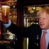 2019 floss das Bier in der WetherspoonsMetropolitan Bar in London noch in Strömen. Boris Johnson traf sich hier mit dem Präsidenten der Kette,Tim Martin. Heute klagen die Pubs über Nachschubprobleme. (Henry Nicholls / Pool / EPA REUTERS POOL)