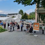 Rund 40 Menschen stehen am 9. September nach 16 Uhr vor dem Impfzentrum am Kantonsspital Aarau für den Piks an. (Ann-Kathrin Amstutz)
