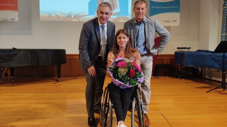 Regierungsrat Alex Hürzeler (links) und SportgymnasiumsrektorKurt Büchler gratulierten Nora Meister zur Bronzemedaille. (Valérie Jost)
