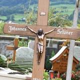 Auf dem Friedhof von NeuSt.Johann wurde Johannes Seluner erneut beigesetzt. Im Hintergrund thront der Namensgeber des Findelkindes, der Berg Selun. (Bild: PD)
