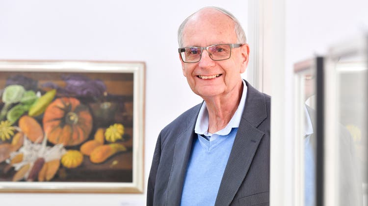 Der Frauenfelder Sammler Herbert Hunziker mit «Stillleben mit Kürbissen und Mais» des Thurgauer Künstlers Adolf Dietrich. (Bild: Donato Caspari)