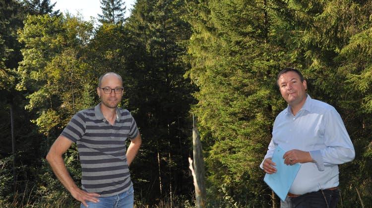 Beat Fritsche, Oberförster, und Glen Aggeler, Gemeinderat von Herisau, stellten das neue Waldreservat vor. (Bild: Elia Fagetti)
