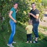 In ihrem Garten fühlen sich Corinna Widmer (links), Alena und Karin Lingg manchmal wie in den Ferien. (Bild: Lara Wüest)