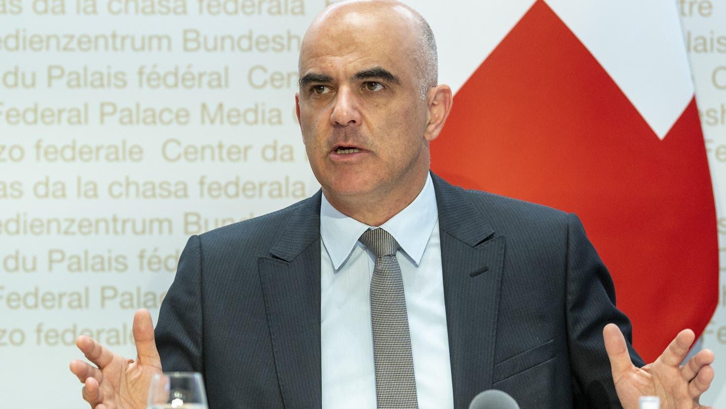 Heute beraten Alain Berset und die Kolleginnen und Kollegen des Bundesrats über darüber, ob das Covid-Zertifikat nun kosten soll oder nicht. (Keystone)