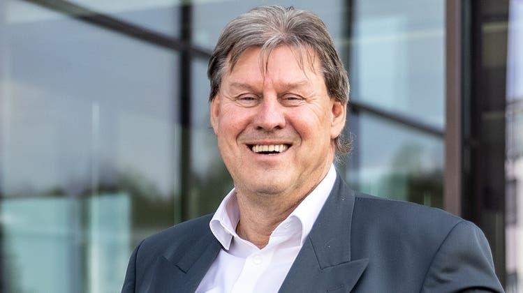 Roger Geissberger posiert vor dem Hauptsitz von Knecht Reisen in Windisch. (Valentin Hehli / ARG)