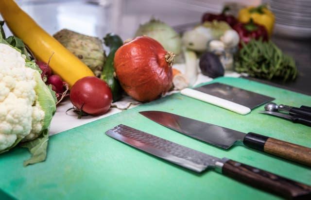 Welches Gemüse wie schneiden? Zwei Profiköche zeigen wie es geht – und welche Messer man dafür wirklich braucht