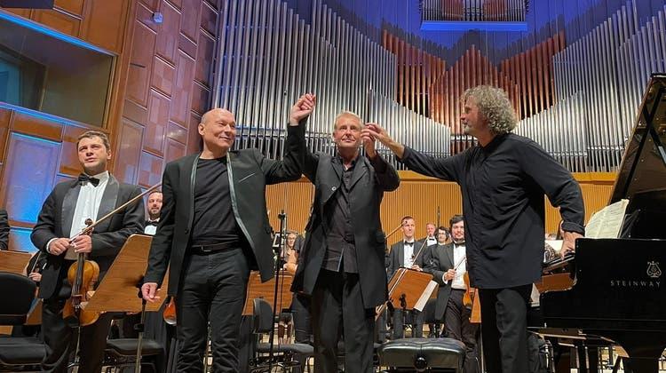 Dieter Ammann (links), Dirigent Alexander Liebreich und Pianist Andreas Haefliger im Sala Radio in Bukarest. (Lenny Ammann)