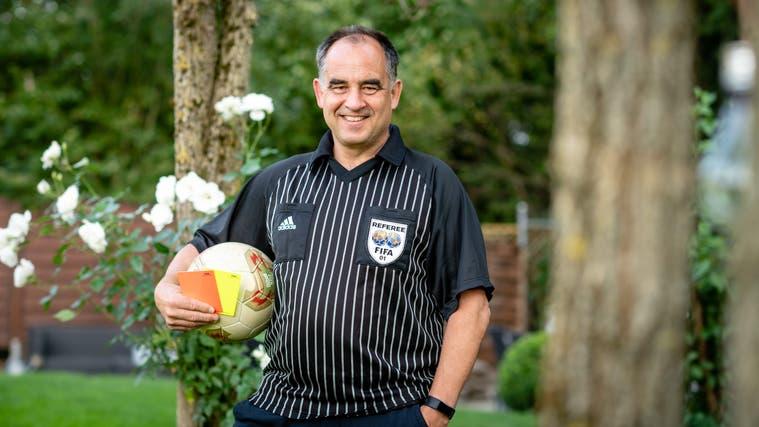 Dieter Schoch war Fifa-Schiedsrichter, pfeift heute immer noch in der Regionalliga und wurde jüngst zum Ehrenmitglied des SOFV ernannt. (Michel Lüthi)