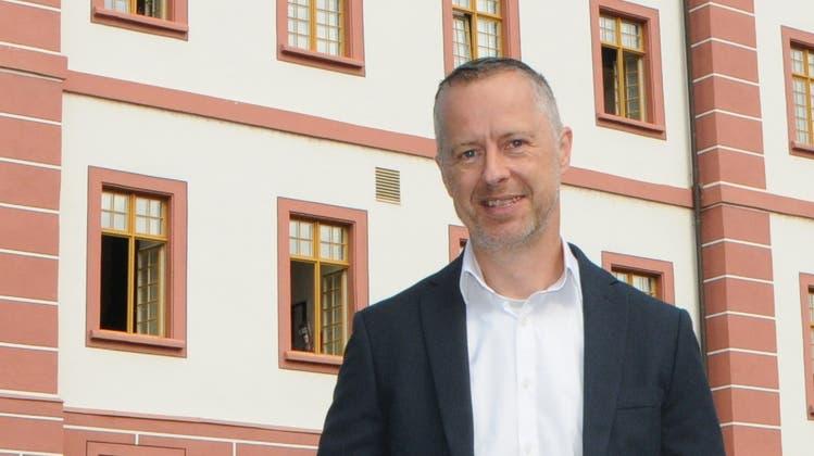 Uwe Schewe kandidiert für den Stadtrat Klingnau. Im Bild steht er vor der Propstei, in der sich auch der Sitz der Gemeinde befindet. (Philipp Zimmermann)