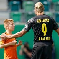 Im Kybunpark: Dortmunds Stürmer Haaland muss während der Partie ein Autogramm geben