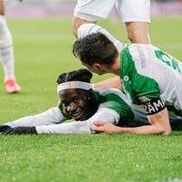 Strahlende Gesichter nach der Regenpartie: So bejubelt der FC St.Gallen den Heimsieg, der den Ligaerhalt sichert